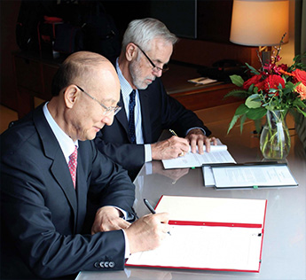 Minister Zhi Shuping of China's General Administration of Quality Supervision, Inspection and Quarantine (AQSIQ) and SCC CEO John Walter sign a Cooperation Arrangement, September 2016.