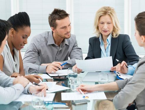 Les gens qui collaborent à une table de conférence