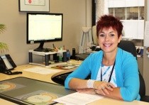 Chantal Guay assise dans son bureau