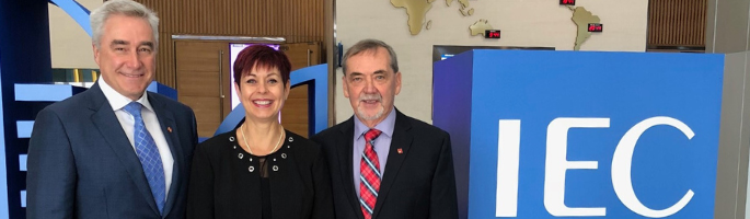 Depuis la gauche : Colin Clark, président du CNCA/IEC, Chantal Guay, directrice générale du CCN, et Jacques Régis, ex-président du CNCA/IEC, à la réunion générale de l'IEC de 2018, tenue à Busan, en République de Corée.