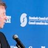 M. Sam Shaw, président intérimaire du conseil d'administration du CCN, tenant le rapport annuel 2015-2016 du CCN